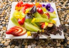 Piatto della frutta con i fiori Fotografie Stock Libere da Diritti