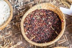 Piatto della paglia con riso rosso a grana lunga Fotografie Stock