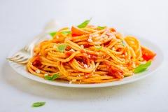 Piatto della pasta con salsa al pomodoro sul piatto bianco Fotografie Stock Libere da Diritti