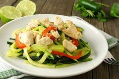 Piatto della tagliatella dello zucchini con il pollo Immagine Stock Libera da Diritti