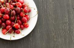 Piatto delle ciliege mature Immagini Stock