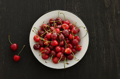 Piatto delle ciliege mature Immagini Stock Libere da Diritti