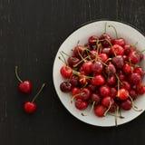 Piatto delle ciliege mature Fotografie Stock Libere da Diritti