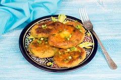 Piatto delle frittelle fritte casalinghe di chikpea del pisello Fotografia Stock Libera da Diritti