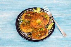 Piatto delle frittelle fritte casalinghe di chikpea del pisello Immagine Stock Libera da Diritti