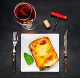 Piatto delle lasagne al forno al forno con vetro di Rose Wine Immagini Stock
