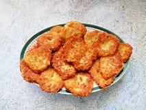 Piatto delle patate e dei pancake del cavolo Immagini Stock