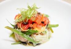 Piatto dello sgombro con il pomodoro e la lattuga tagliati Fotografia Stock