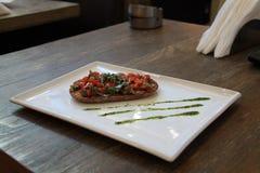 Piatto di Bruschetta sulla Tabella immagini stock
