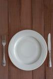 Piatto di cena, coltello e forcella Immagine Stock