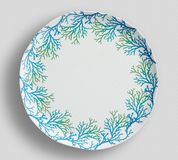 Piatto di cena floreale d'annata dell'albero con fondo bianco fotografie stock