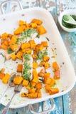 Piatto di color salmone con il pesto del prezzemolo Fotografie Stock Libere da Diritti