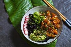 Piatto di color salmone del colpo con riso nero immagine stock