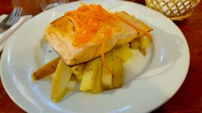 Piatto di color salmone grigliato con le patate al forno, Cile immagine stock