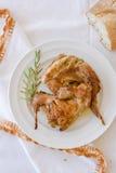 Piatto di coniglio arrostito con i rosmarini Ricetta Mediterranea tradizionale Fotografia Stock