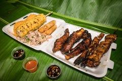 Piatto di festa del bbq di Chamorro sulle foglie della banana fotografia stock