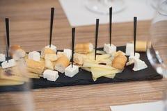 Piatto di formaggio all'assaggio di vino Fotografia Stock Libera da Diritti