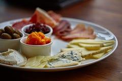 Piatto di formaggio con differenti generi di formaggio con le erbe e le noci del timo Immagini Stock Libere da Diritti