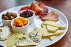 Piatto di formaggio con differenti generi di formaggio con le erbe e le noci del timo Fotografie Stock