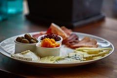 Piatto di formaggio con differenti generi di formaggio con le erbe e le noci del timo Fotografia Stock Libera da Diritti
