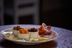 Piatto di formaggio con differenti generi di formaggio con le erbe e le noci del timo Immagine Stock