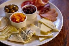 Piatto di formaggio con differenti generi di formaggio con le erbe e le noci del timo Fotografie Stock Libere da Diritti