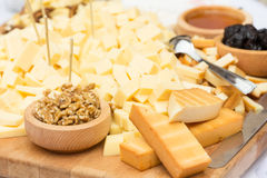 Piatto di formaggio con frutta secca e miele Immagine Stock