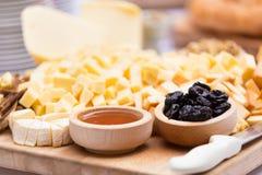 Piatto di formaggio con frutta secca e miele Fotografie Stock Libere da Diritti