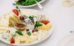 Piatto di formaggio Formaggio delizioso su una tavola di legno fotografie stock