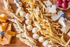 Piatto di formaggio nel ristorante Varietà differenti di formaggio su un vassoio di legno Miele, uva e noci Fotografia Stock