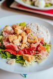 Piatto di insalata con il prosciutto immagine stock libera da diritti