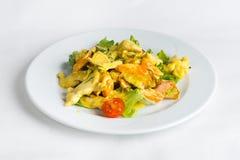 Piatto di insalata su fondo bianco Fotografia Stock Libera da Diritti