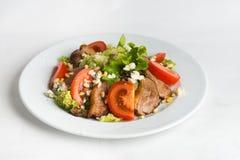 Piatto di insalata su fondo bianco Fotografia Stock