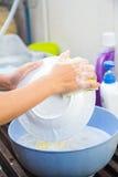 Piatto di lavaggio della spugna del lavandino di cucina delle stoviglie di pulizia Fotografia Stock