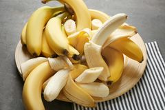 Piatto di legno con le banane mature Immagine Stock Libera da Diritti