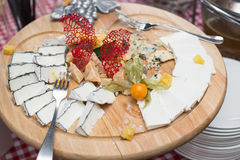Piatto di legno rotondo con differenti generi di formaggio, di uva, di noci e di miele Vista superiore Fotografie Stock Libere da Diritti