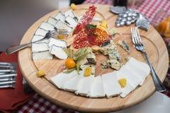 Piatto di legno rotondo con differenti generi di formaggio, di uva, di noci e di miele Vista superiore Fotografia Stock Libera da Diritti