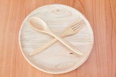 Piatto di legno sulla tavola di legno Fotografie Stock Libere da Diritti