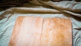 Piatto di legno, sulla tavola di tela naturale della copertura che cucina idea del menu dell'alimento fotografia stock