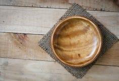 Piatto di legno vuoto con la stuoia di piatto di tela sul backgroun di legno di struttura Fotografia Stock