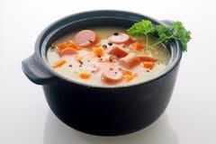 Piatto di minestra appetitoso di piatto principale sul vaso nero Fotografie Stock