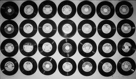 Piatto di musica del grammofono sul fondo bianco della parete Fotografie Stock