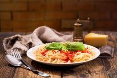 Piatto di pasta con salsa al pomodoro immagini stock libere da diritti