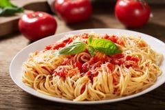Piatto di pasta con salsa al pomodoro fotografia stock