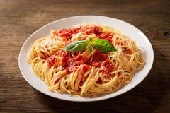 Piatto di pasta con salsa al pomodoro fotografie stock libere da diritti