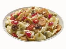 Piatto di pasta con verde oliva e le verdure immagini stock