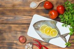 Piatto Di Pesce Che Cucina Con I Vari Ingredienti Decorazione Fresca ...
