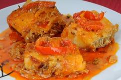 Piatto di pesce con le cipolle e la salsa dei peperoni Fotografie Stock