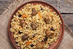 Piatto di pilaf, pasto piccante dell'Uzbeco nazionale con carne Fotografie Stock Libere da Diritti