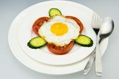 Piatto di porcellana bianco, prima colazione e coltello delizioso e forcella immagine stock libera da diritti